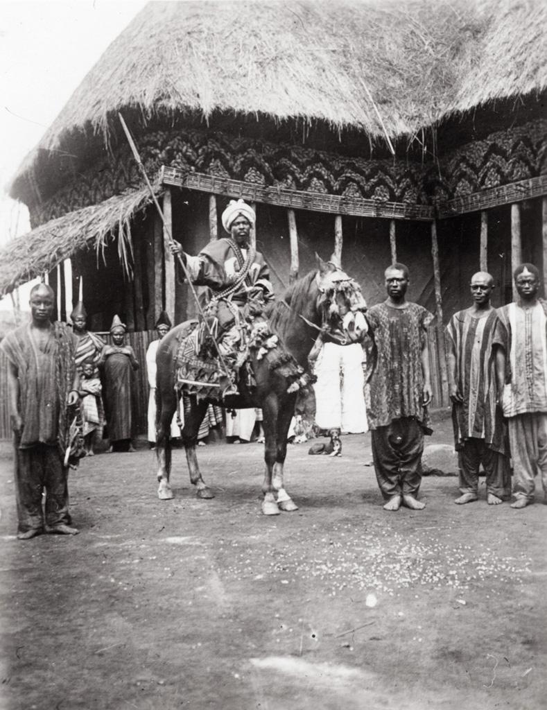 Njimonkoup à cheval, tenant une lance