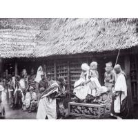 Njoya recevant dans une cour du palais
