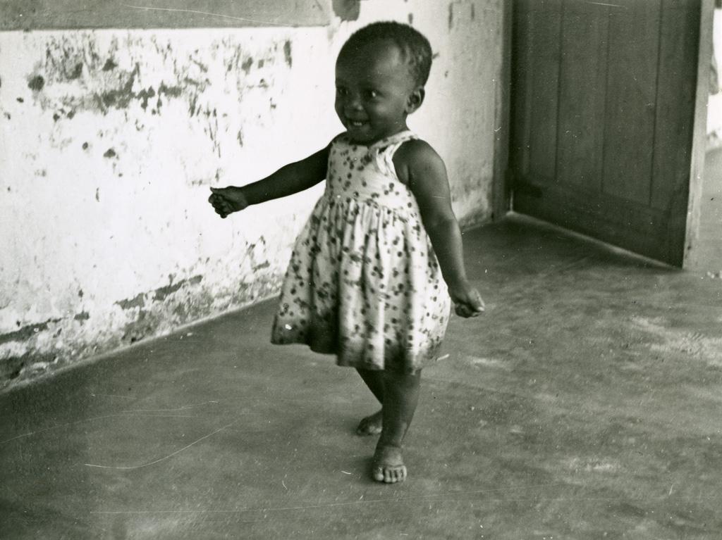 Ntsame, orpheline de mère lépreuse, fait ses premiers pas à Ebeigne