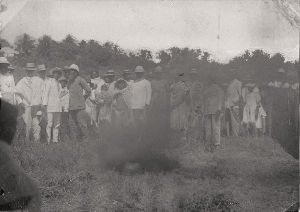 On brûle les fétiches à côté du temple de Marovoa