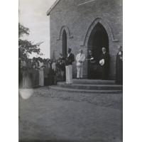 Ouverture et dédicace de l'église de Limulunga. A l'entrée, les missionnaires Jean-Paul [Burger], Adolphe [Jalla], M. Seguin et le commissaire de Province, Gordon-Read