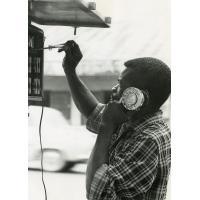 Ouvrier du téléphone établissant une communication à Yaoundé