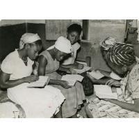 Par groupes, les J.A. se préparent pour l'étude biblique