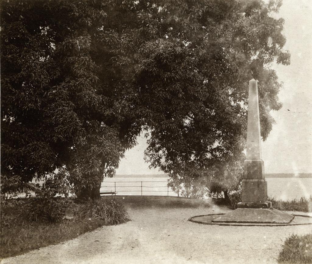 Parc du gouvernement à Douala, la terrasse et le monument de Nachtigal