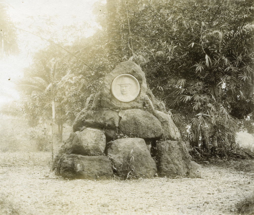 Parc du gouvernement à Douala, tombeau de von Brautschiller