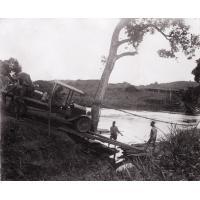 Passage d'un bac près d'un ancien pont en lianes