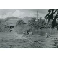 Passage d'une auto sur route inondée, radier d'Ankaramena, route du Sud
