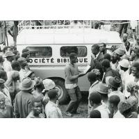 Pasteur Byiong, faisant une distribution de bibles par bibliothèque circulante