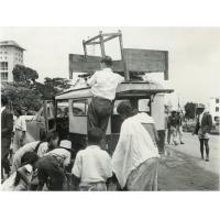 Pasteur Nash (FFMA) embarque du mobilier sur une camionnette