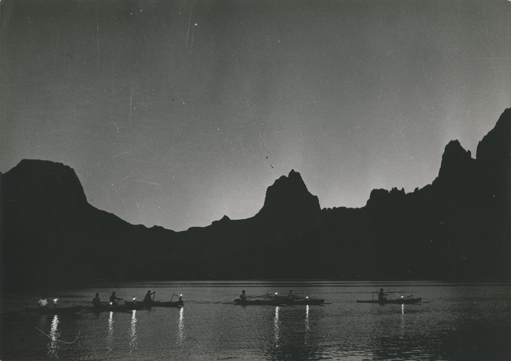 Pêche nocturne au flambeau dans la baie d'Ōpūnohu, à Moorea