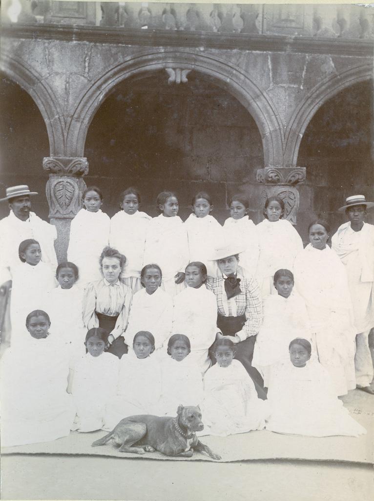Pensionnaires d'Ankadifotsy (Maître indigène, domestiques, Melle Labourgade, Melle Krug)