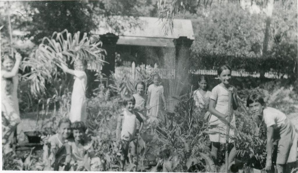 Pensionnaires, en train de jardiner