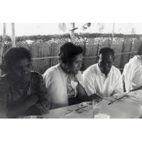 [Personnes attablées lors de l'Assemblée des Églises du Pacifique à Chépénéhé en 1966]