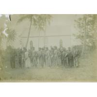 Personnes indigènes devant un temple, Maré