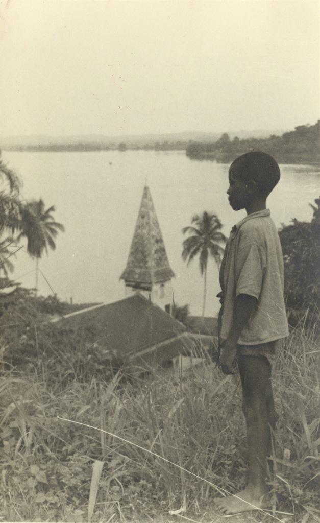 Petit garçon noir, admirant le paysage