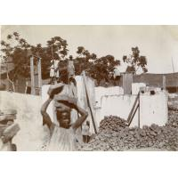 Petits malgaches portant des briques