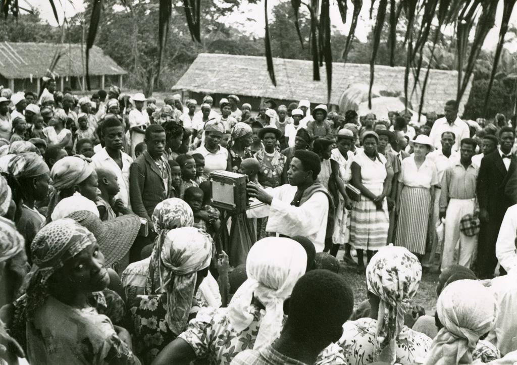 Photographe africain à l'oeuvre sur la station d'Oyem, lors du passage de M. et Mme Beigbeder