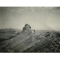 Pic au bout du plateau de Morija, c'est le même pic qu'on boit au fond de notre photo prise pendant la course sur la montagne