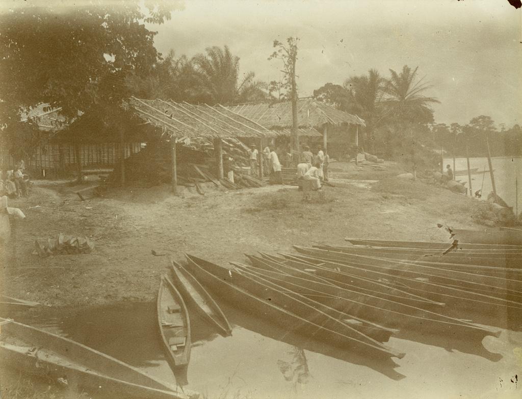 Pirogues au débarcadère de Lambarene