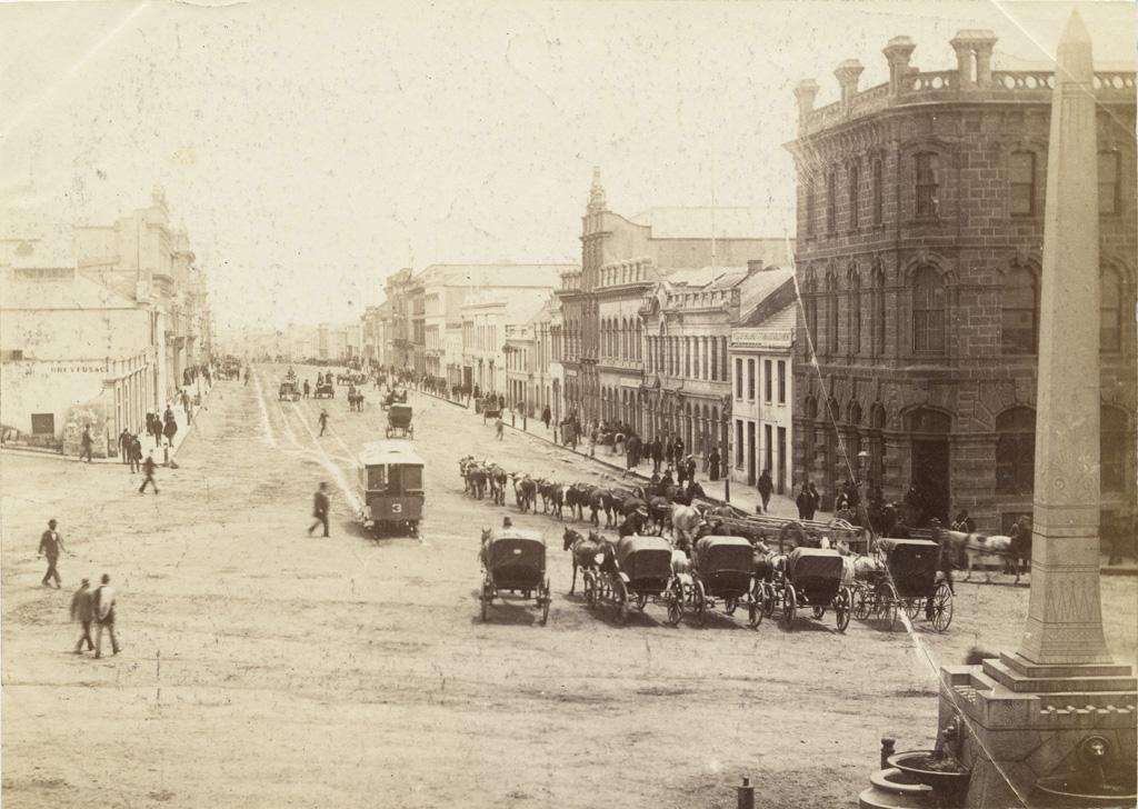 Place publique et rue principale