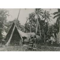 Polynésiennes devant une case traditionnelle