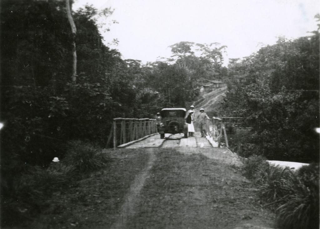 Pont de la Sô, automobile de la mission, M. Couve, Papeland et moi, Morgane à gauche