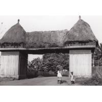 Porte d'entrée de la ville de Foumban, vue de l'extérieur (palissade en bambou)