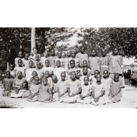 [Portrait d'un groupe d'élèves avec leur institutrice, Rachel Dogimont]