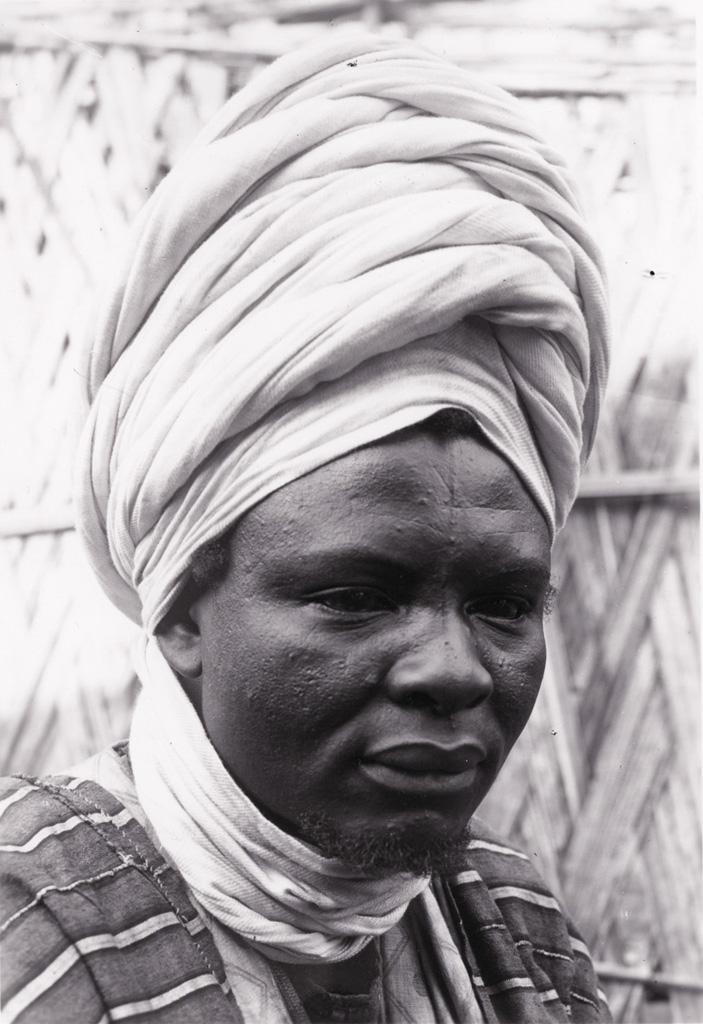 Portrait de Ma Nsud en turban blanc