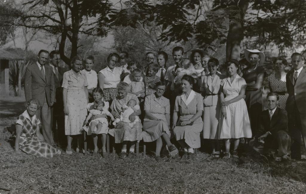 Portrait de groupe des membres présents à la 59ème Conférence missionnaire de 1956, à Sénanga