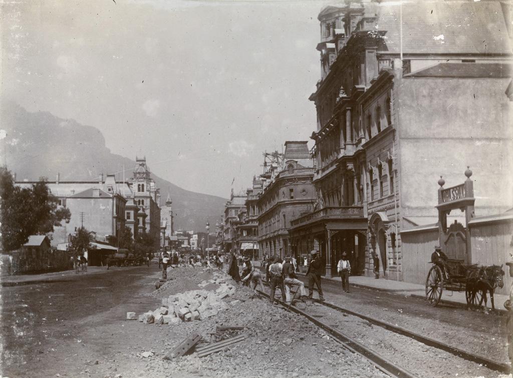 Pose des rails d'un tramway électrique, Le Cap / Théophile Burnier (1896)