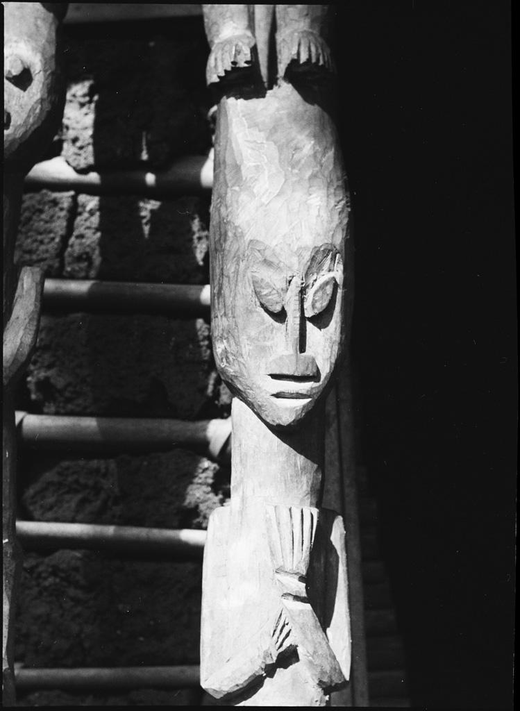 Poteau fétiche, avec une figure féminine, de la case des crânes