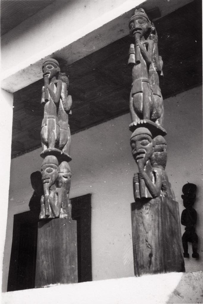 Poteaux sculptés au musée de Foumban