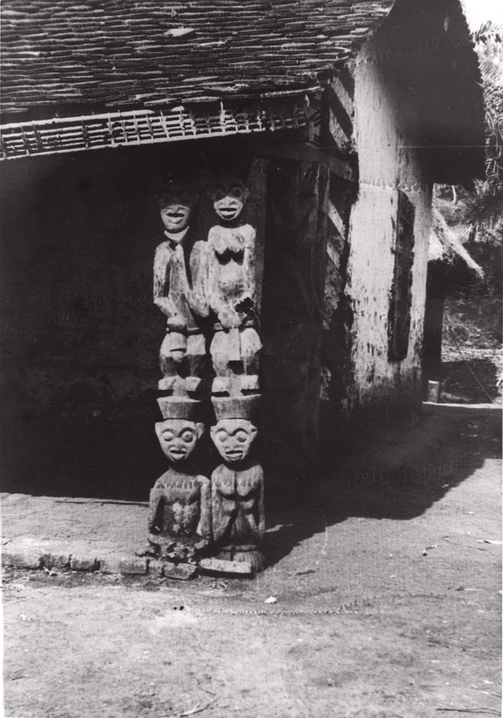 Poteaux sculptés de case, Foumban