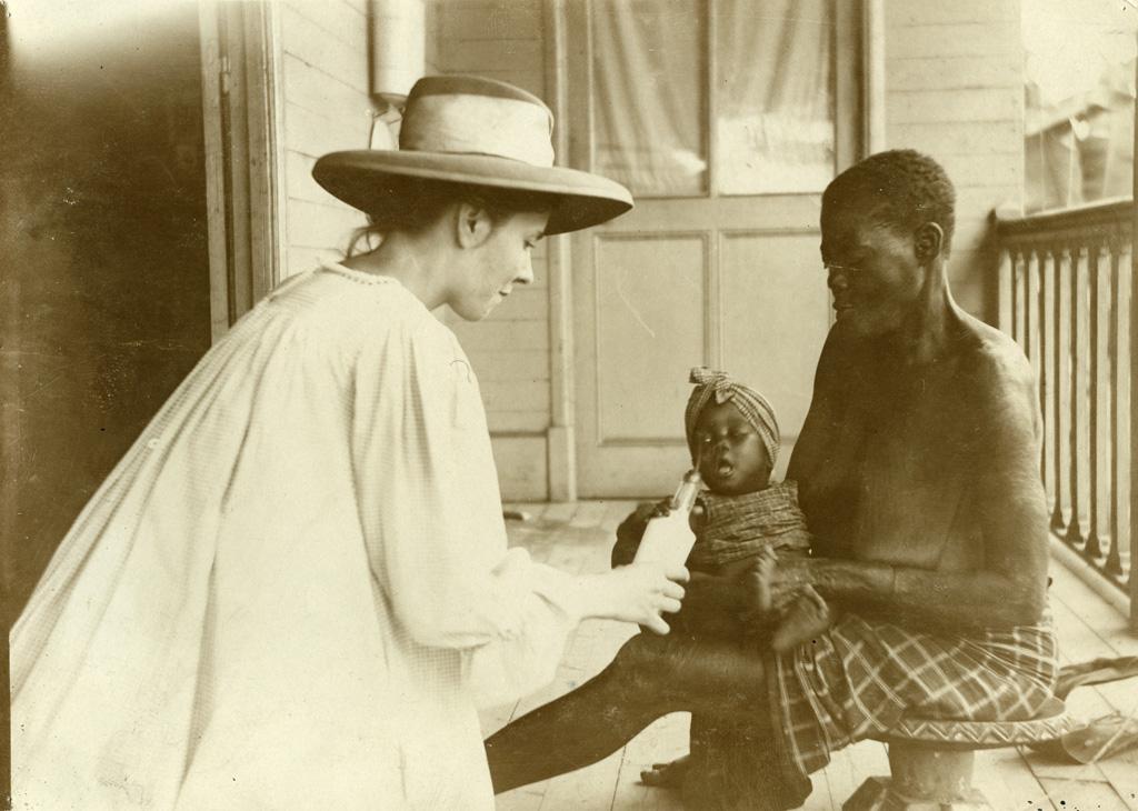 Pouponnière, Mme Ottmann donnant le biberon à Minzi