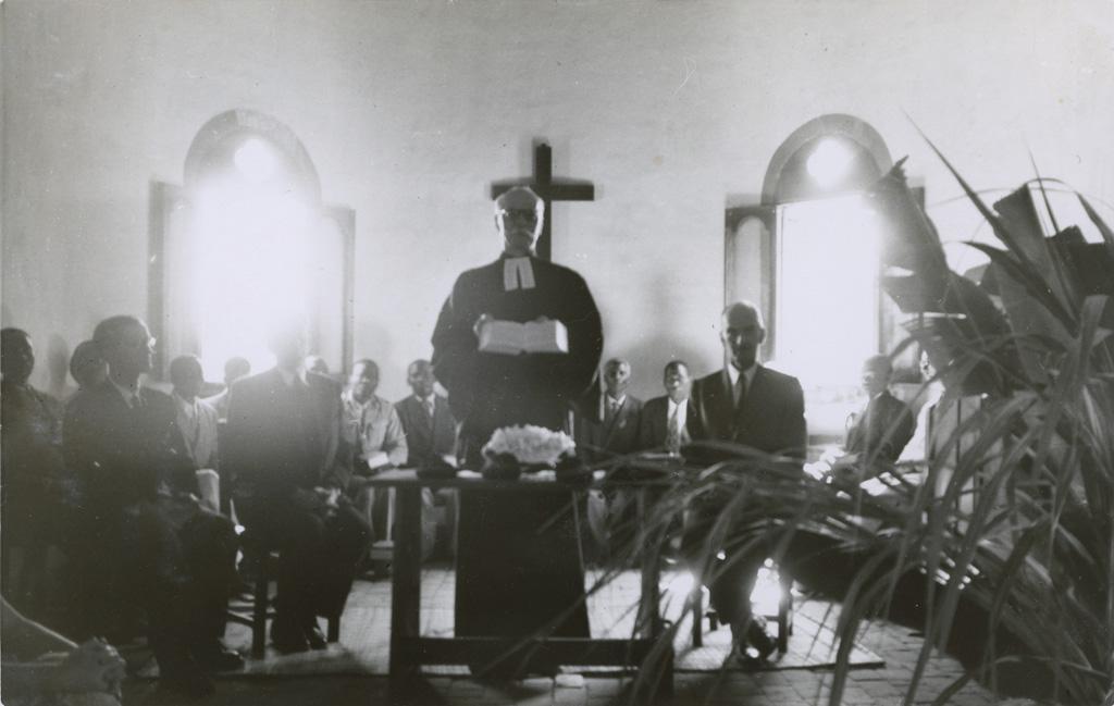 Présentation de la Bible Lozi à l'Eglise du Zambèze : M. Burger, M. Boegner, Président du Comité des Missions et M. Subilia