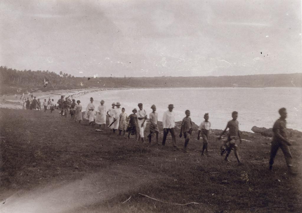 Procession, le long de la baie de Wé à Lifou