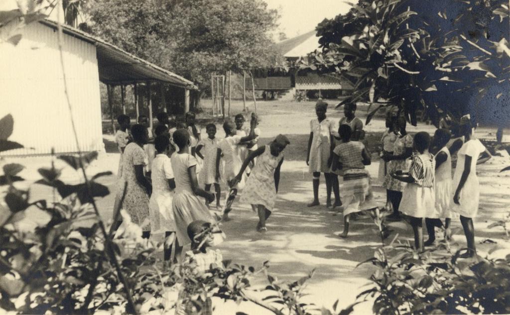 Quartier des fiilles de Lambaréné, danses