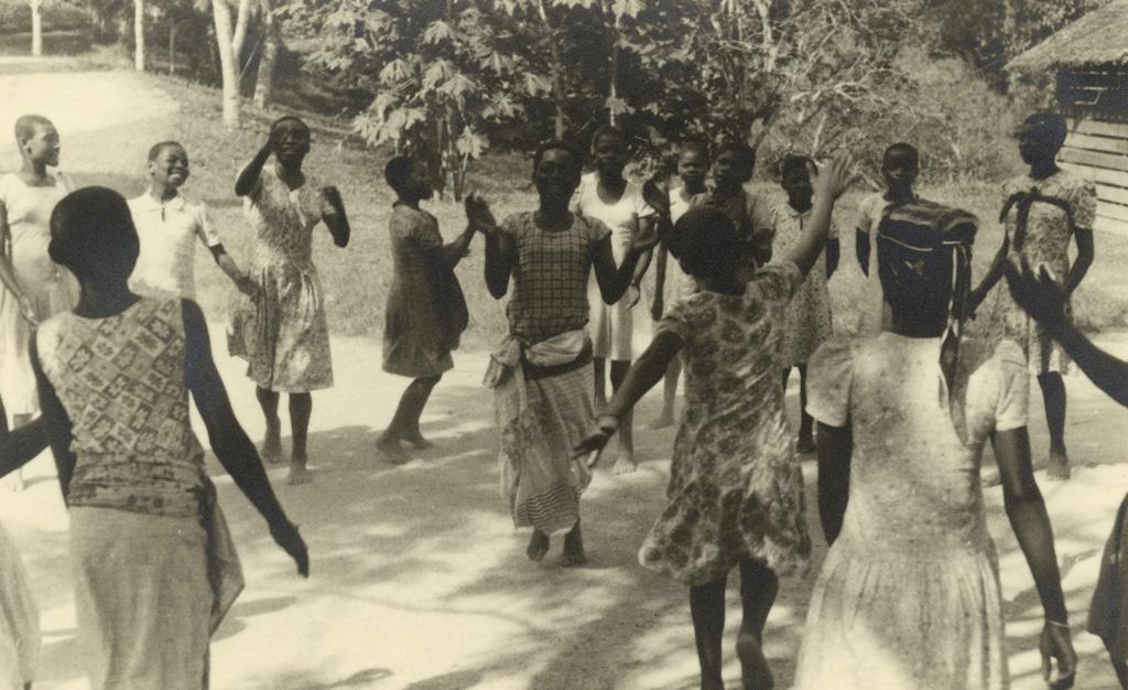Quartier des filles de Lambaréné, danse