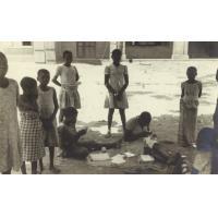 Quartier des filles de Lambaréné, jeunes écolières gabonaises