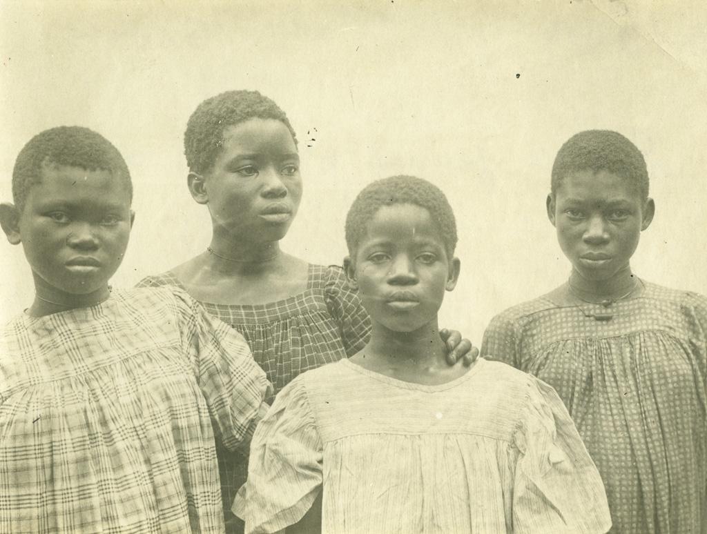 Quatre jeunes élèves