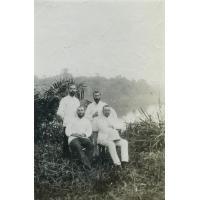 [Quatre missionnaires au Gabon]