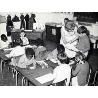 Quelques élèves d'une classe du système d'éducation non-racial, mis en place en Zambie au début de 1964