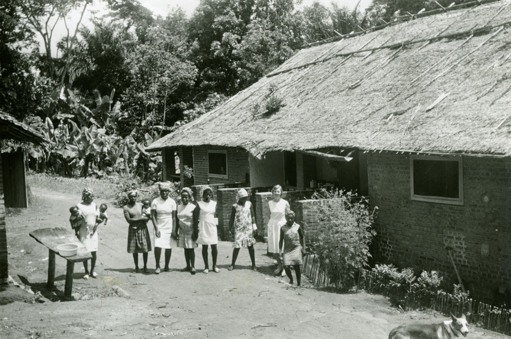 Quelques jeunes filles au cours de formation, devant l'habitation de Melle Juge