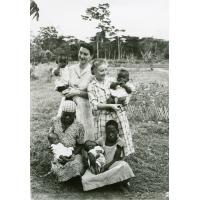 Quelques orphelins de la léproserie d'Ebeigne avec le docteur Brunet et mademoiselle Roy
