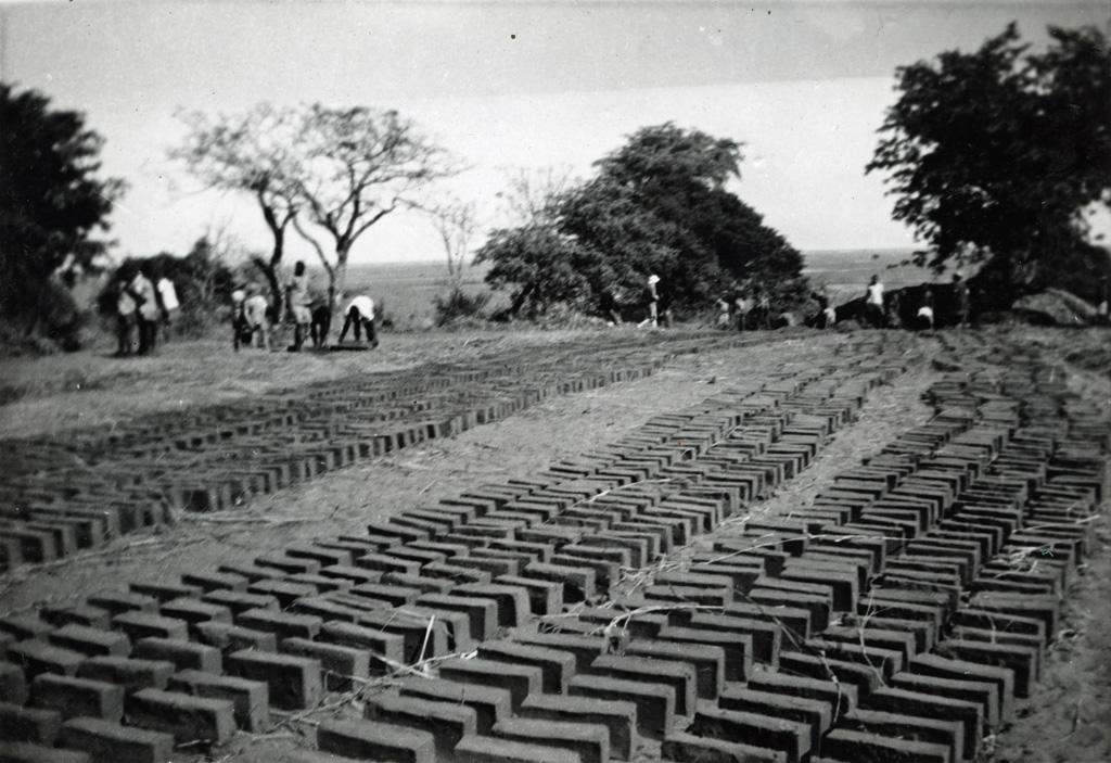 Rangées de briques pour la construction de l'hôpital de Senanga
