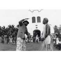 Reconstitution de l'arrivée de l'évangéliste Fao à Lifou en 1842 : Devant le temple de Chépénéhé, l'évangéliste Fao explique sa religion à l'envoyé du chef