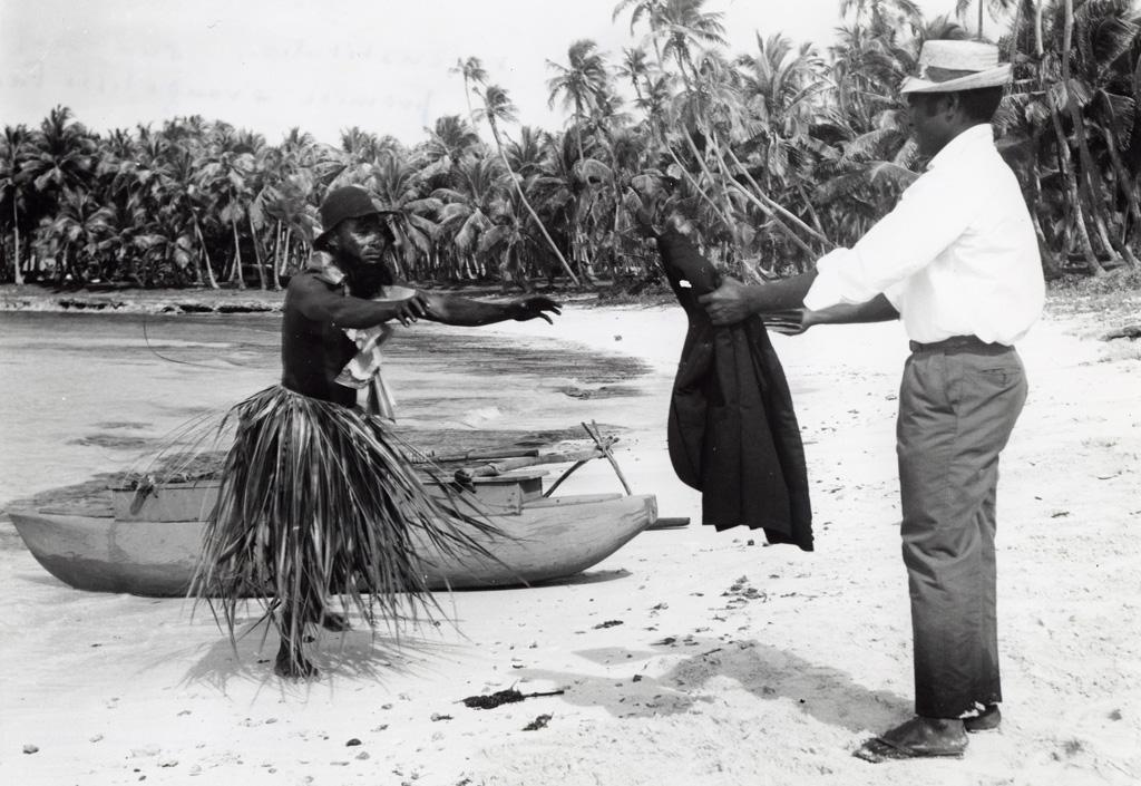Reconstitution de l'arrivée de l'évangéliste Fao à Lifou en 1842 : Fao offrant sa veste à un indigène