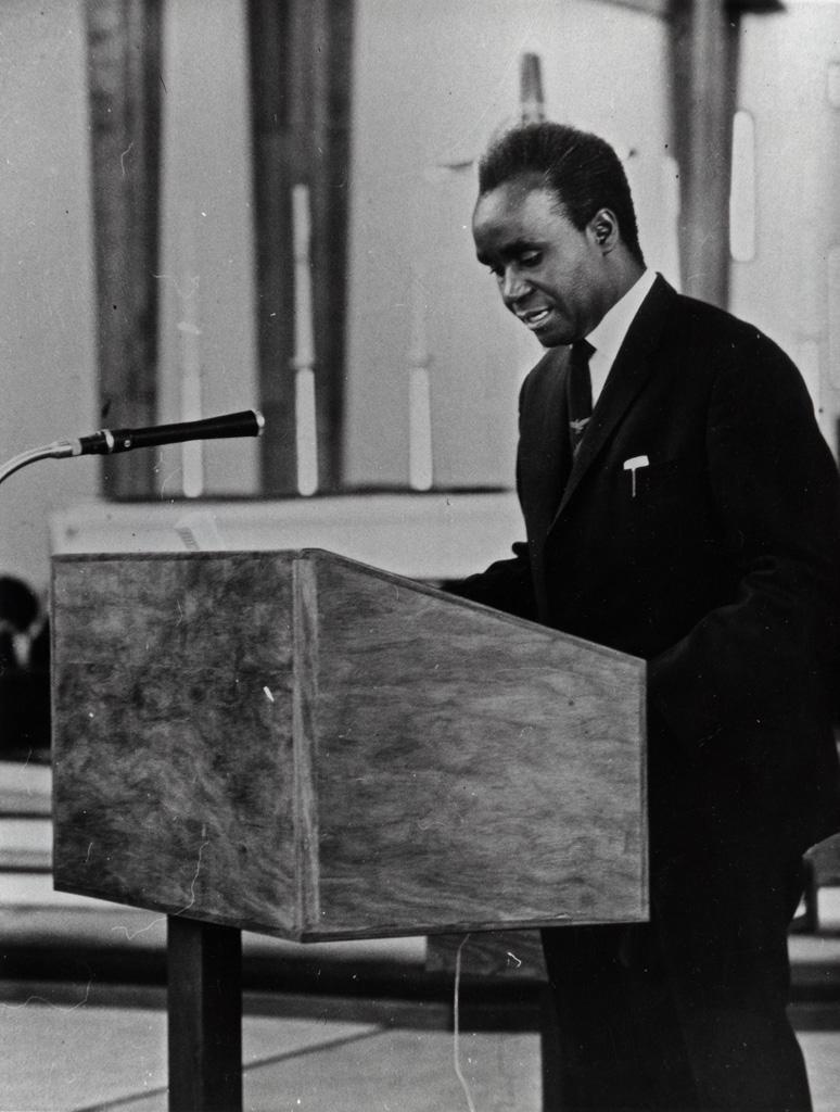 Service d'action de grâce lors de la dédicace de la cathédrale de Lusaka, la première lecture par le président de Zambie, Kenneth Kaunda