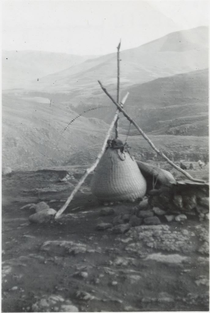 Sesiu, panier fait d'herbe tressée et servant de grenier, au fond la haute vallée de la Lesobeng, photo prise sur l'annexe de Lesobeng